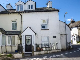 TAILOR'S COTTAGE, two bedroom, enclosed patio, ideal for walking, in Staveley - Staveley vacation rentals