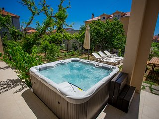 App with outdoor jacuzzi, 300 m from old town - Trogir vacation rentals