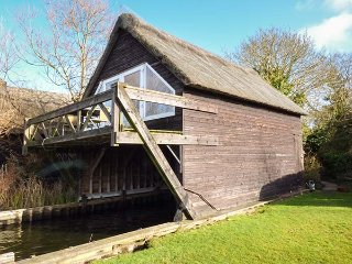 CYGNUS BOATHOUSE, river, balcony, open plan, in South Walsham, Ref 942219 - South Walsham vacation rentals