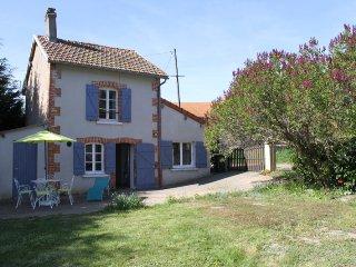 Gite tout confort proche Vulcania et Puy-de-Dôme 4 personnes - Queuille vacation rentals