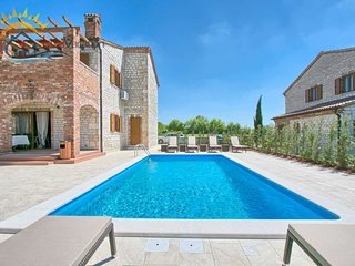Villa with Pool near Jursici for 6+2 people with a shared Tennis court - Jursici vacation rentals