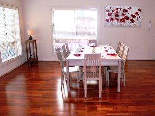 VILLA ROWAN - MELBOURNE SLEEPS 12, Modern & Spacious, Convenient Location - Kealba vacation rentals