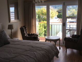 2 bedroom Condo with Parking in Bishopscourt - Bishopscourt vacation rentals