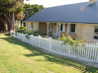 Hillside Cottage... a beautiful 1843 cottage with 3 ensuite bedrooms. (Sleeps 8) - Berrima vacation rentals