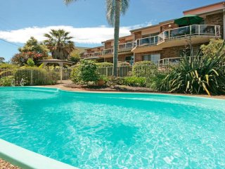 Comfortable 3 bedroom Batehaven Apartment with A/C - Batehaven vacation rentals