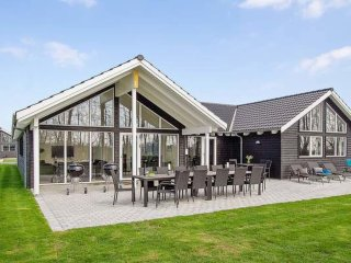 Spacious 7 bedroom Kappeln House with Shared Outdoor Pool - Kappeln vacation rentals