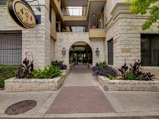 Upscale 2/2 w/ Balcony Center Downtown Austin! 3RG2CA - Austin vacation rentals