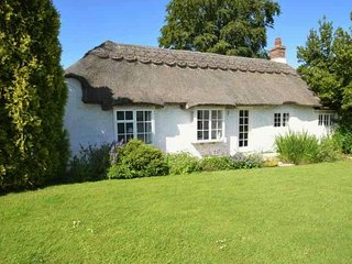 THE THATCHERS, woodburning stove, en-suite, BBQ, Norton Green, Ref 941962 - Totland vacation rentals