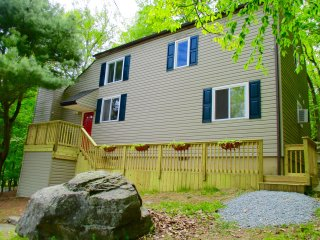 Minutes from POOL, BEACH, TENNIS COURTS, RESTAURANT, & TIKI-BAR IN POCONOES, PA! - Lackawaxen vacation rentals