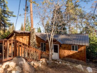Treetop Cabin, sleeps fam. Of 4, near Shaver Lake, dining & groceries, Comfy... - Auberry vacation rentals