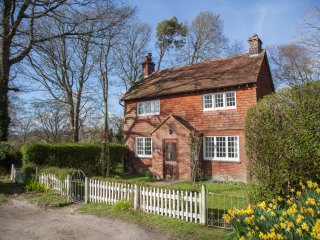 Gate Cottage at Pekes Manor is a dear country cottage with lovely views - Chiddingly vacation rentals