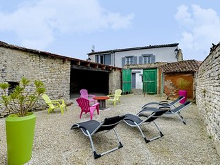 Gorgeous 4 bedroom House in La Flotte with Internet Access - La Flotte vacation rentals