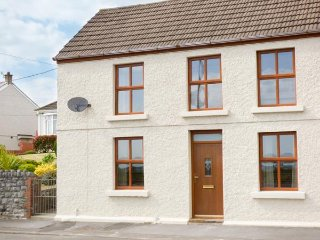 SUNSET COTTAGE, sleeps six, open plan, BBQ, Pwll near Llanelli, Ref 953410 - Cwmbach vacation rentals