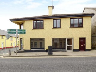 VILLAGE CENTRE APARTMENT, en-suite, central, sleeps six, Dunkineely, Ref 946928 - Dunkineely vacation rentals