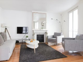 23. LOVELY 1BR ON RUE SAINT HONORÉ - STEPS FROM THE TUILERIES GARDENS AND LOUVRE - Paris vacation rentals