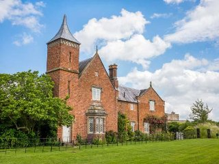 WELLINGTON, emperor bed, en-suite, four poster, private, pets welcome, near - Whitchurch vacation rentals