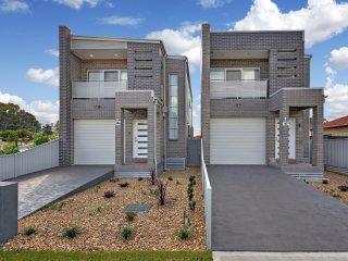 Canley Heights Villa 45 - Sydney 3Bdm, Modern Townhouse, Sleeps 8,  Free Linen* - Canley Heights vacation rentals