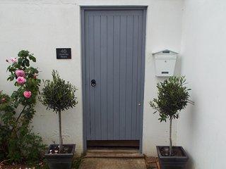 Accommodation (sleeps 10) in the village of Hamble - walking distance to marinas - Hamble vacation rentals