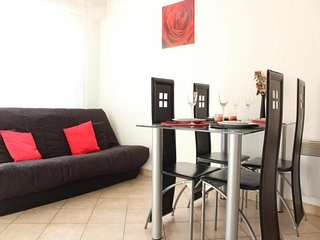 Bright 1 bedroom La Rochelle Apartment with Television - La Rochelle vacation rentals