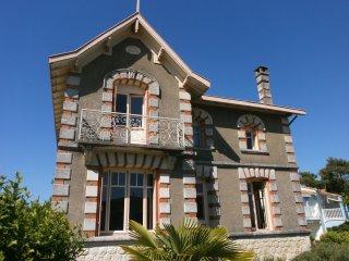 Lovely Family 1930's Villa, Walk To sandy Beach,restaurants,town,shops. Wifi - Meschers-sur-Gironde vacation rentals