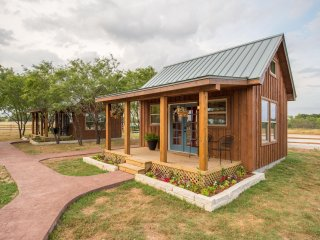 NEW Tiny Home Cabin, 10 minutes from Magnolia, Waco, Baylor - Lacy Lakeview vacation rentals