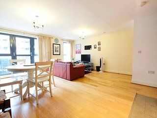 Modern 2Bed/2Bath/1Sofabed Apt London Bridge for 6 people + secure parking space - London vacation rentals