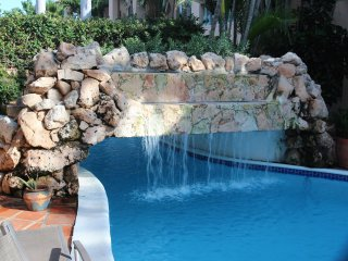 SUMMER SPECIAL $665 a week, 5 star condo 1min to Marriott and Ritz & Palm beach - Malmok Beach vacation rentals