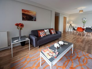 Luxury 2 bed near Glasgow Airport - FREE Parking - Paisley vacation rentals