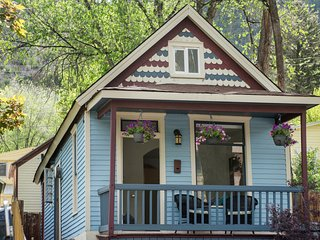 Charming Miner's Cottage, Downtown Glenwood Springs! Walk to Pool! JUNE SPECIAL! - Glenwood Springs vacation rentals