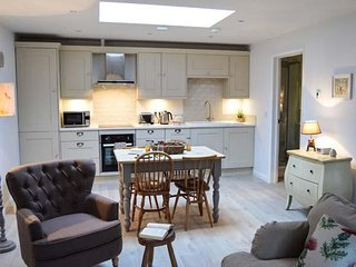 FOX'S DEN, ground floor, open plan, woodburner, in Titchfield, ref 961324 - Titchfield vacation rentals