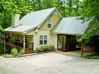 City Limits of Helen - Cabin w/Creek Near Water Park & Golf - MILITARY DISCOUNT - Helen vacation rentals