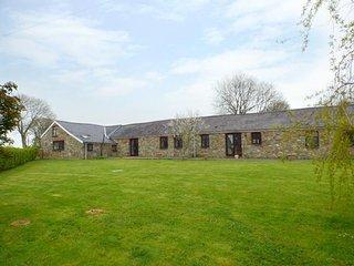 THE BARN AT HARROLDS FARM, en-suite, woodburner, piano, Kilgetty, Ref 957697 - Kilgetty vacation rentals