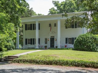 Jack n' Jill BnB Guestrooms in large historical home - Ivy vacation rentals