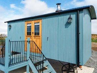 LLETY'R BUGAIL, woodburning stove,coastal and countryside views, Ref 951657 - Holyhead vacation rentals