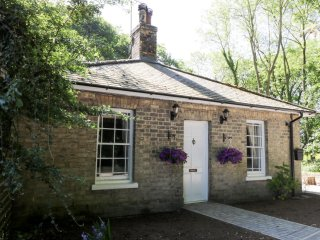 EAST LODGE, detached, ground floor, open fire, WiFi, cycle path to Humber - Patrington vacation rentals