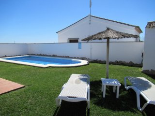 Chalet Huerta con piscina y pista de paddle en Roche.Conil. Nº 1 - Barrio Nuevo vacation rentals