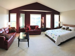 Fabulous 5 bedroom+4 Bath close to Park (Sleeps 14) - Calgary vacation rentals