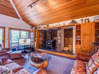 Belknap 3 - Great dog loving home with 3 large decks, A/C & wood stove - Sunriver vacation rentals