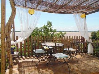 Maison troglodyte avec vue sur Estuaire - Gauriac vacation rentals