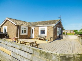 SUNRISE COTTAGE, open plan, patio garden, Beadnell, Ref 958725 - Chathill vacation rentals
