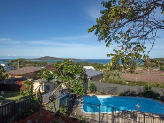 Bright 5 bedroom House in Fingal Bay with Garage - Fingal Bay vacation rentals