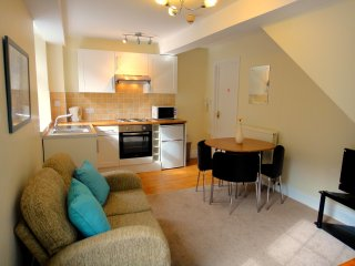 2 bed Apartment, walk to beaches and centre - Torquay vacation rentals