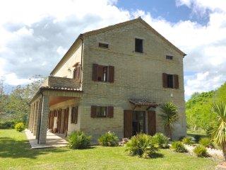 In Montelparo, Marche, impressive villa with 5 ensuite bedrooms & private garden - Montelparo vacation rentals