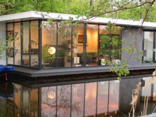 A stunning architect designed contemporary houseboat. - Giethoorn vacation rentals
