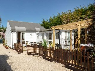 DOVE COTTAGE, hot tub, sleeps four, king-size, open plan, Hesketh Bank, Ref - Tarleton vacation rentals