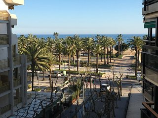 By the beach, 6 people, AC, wifi and parking!!! - Salou vacation rentals