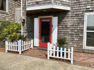 Nye Beach Living!  Steps to beach, shops, pubs and Performing Arts Center. - Newport vacation rentals