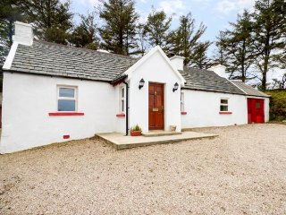 MICK'S COTTAGE, detached cottage, open fire, en-suite, parking, in Creeslough - Letterkenny vacation rentals