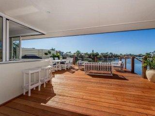 Spacious 4 bedroom House in Mermaid Waters - Mermaid Waters vacation rentals