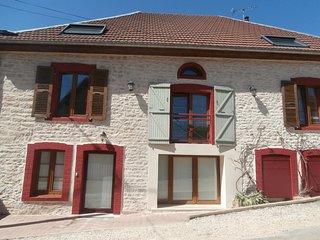 """GITE 2-5 personnes """"entre source et riviere"""" a 10 minutes de Besançon village - Vaire-Arcier vacation rentals"""